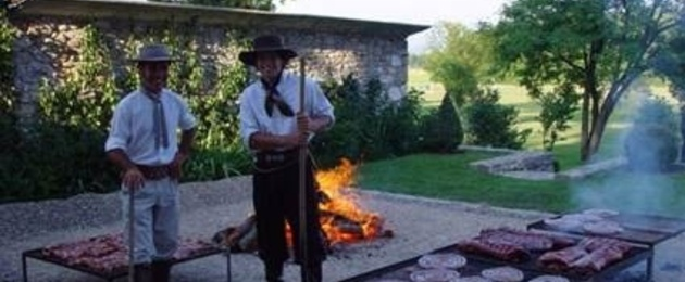 The Argentine gauchos preparing the Asado
